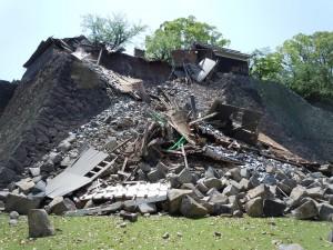 被災後の北十八間櫓(中央)と東十八間櫓(左奥)