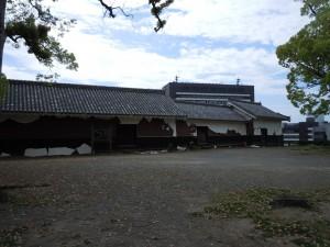 被災後の十四間櫓(左手前)七間櫓(中央)田子櫓(右奥)全て国指定重要文化財