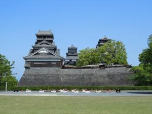 国指定重要文化財 宇土櫓(手前)と大小天守(2016.4.22撮影)