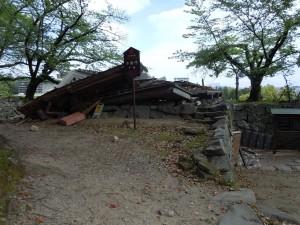 被災後の不開門(国指定重要文化財)南側より撮影